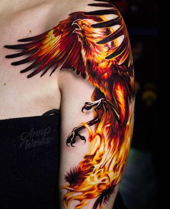 татуювання фенікса в вогні на руці