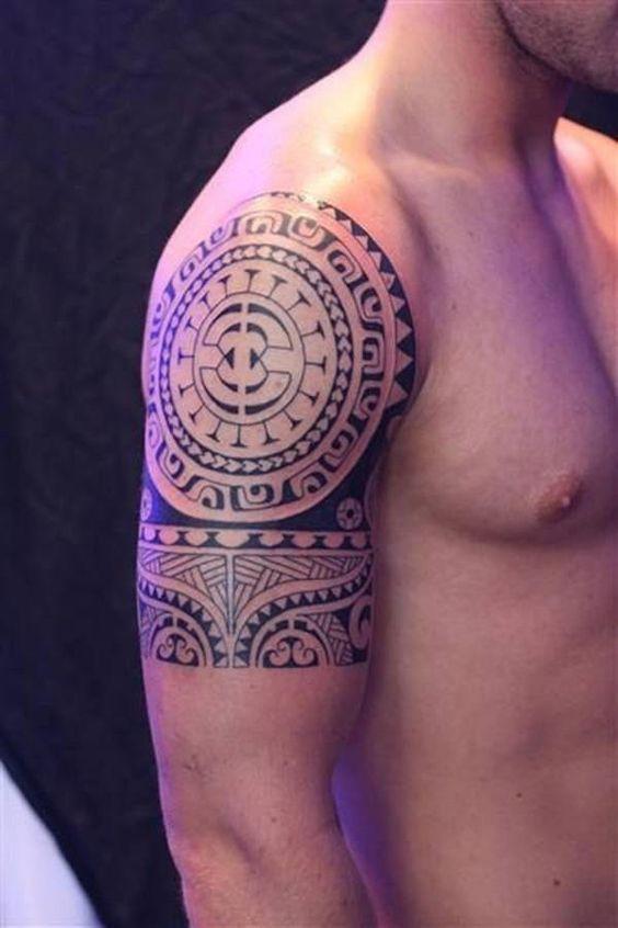 полинезийская татуировка на плече