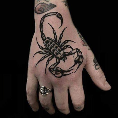 тату скорпиона на руке