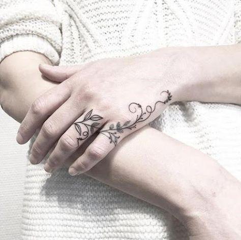 женская татуировка на боковой части руки