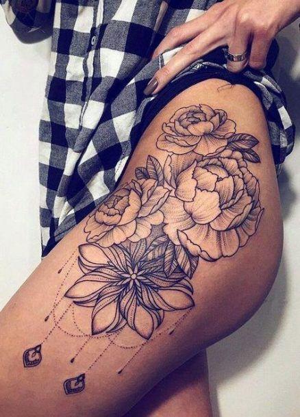 бокове татуювання квітів на стегні