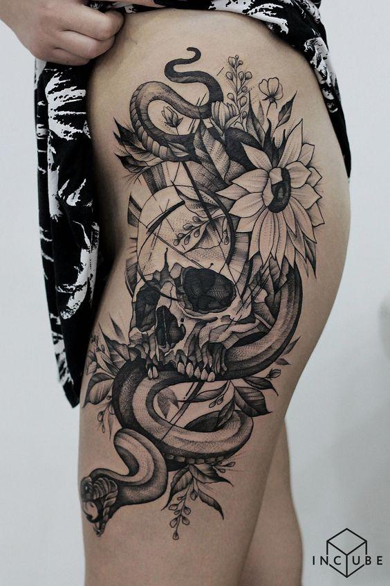 бічне татуювання на стегні