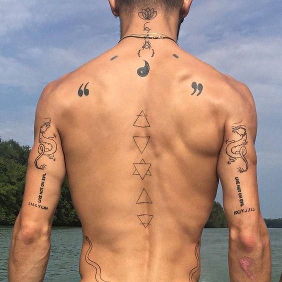 маленьке татуювання на спині