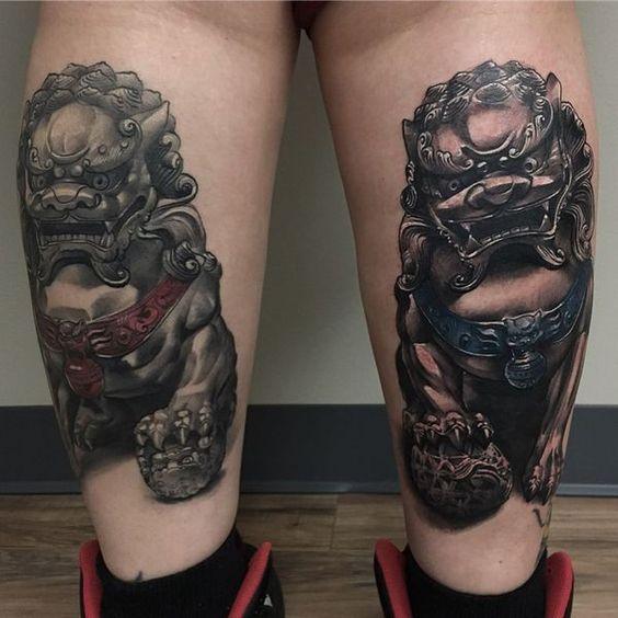 символічне чоловіче татуювання на нозі