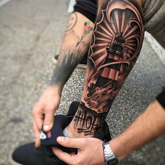 символічне татуювання на нозі