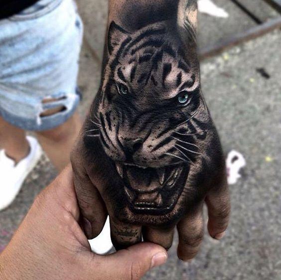 женская татуировка тигра на руке