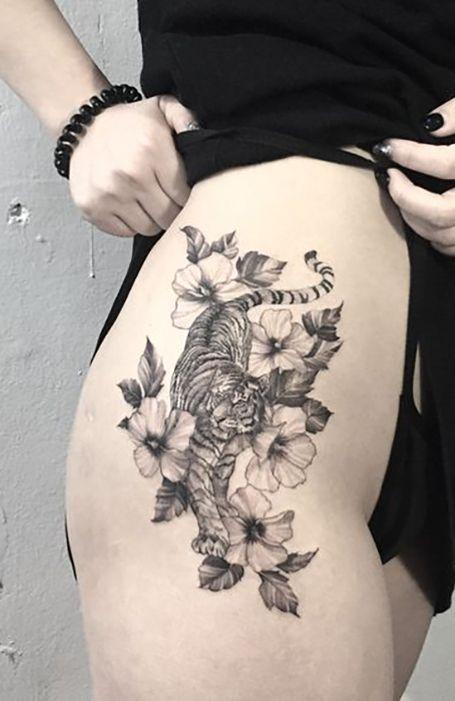тату тигра з квітами на стегні