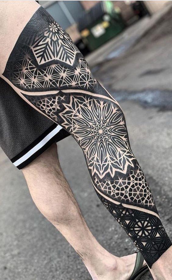 татуювання в племінному стилі на нозі
