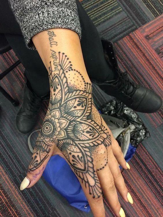 племенная татуировка на руке