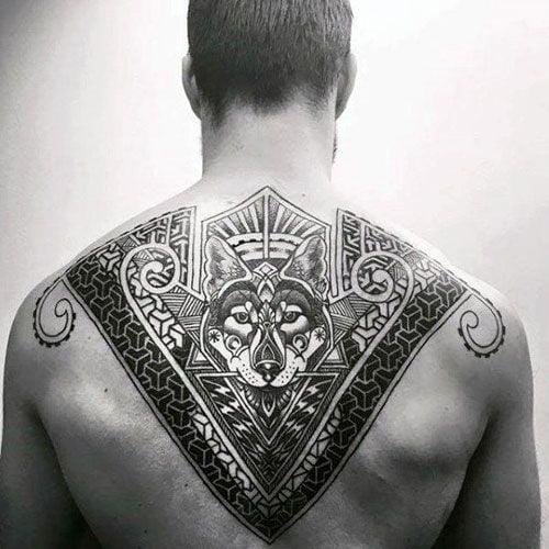 чоловіче татуювання на верхній частині спини