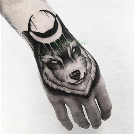 женская татуировка волка на руке