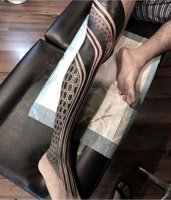 тату на нозі в стилі блекворк