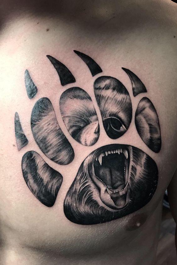 мужская татуировка лапы медведя на груди