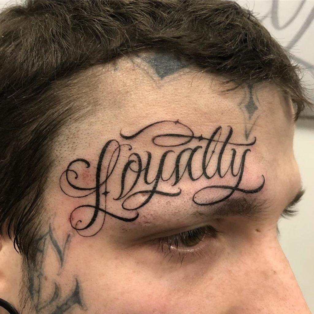 татуювання ініціалів на обличчі