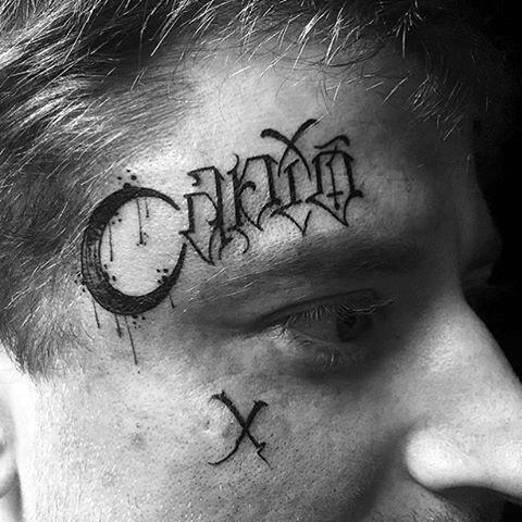 татуировка луны на лице