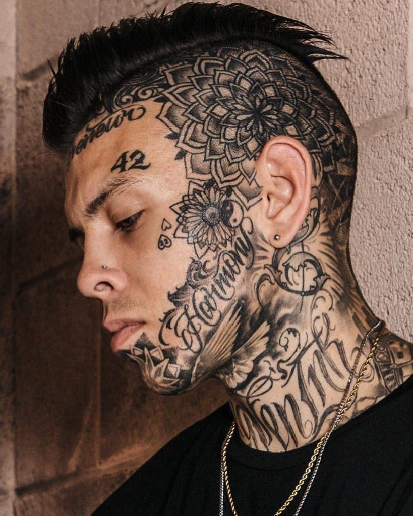 татуировка числа на лице