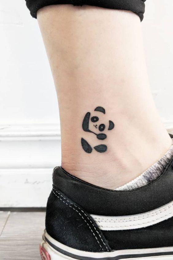 тату милой панды на щиколотке