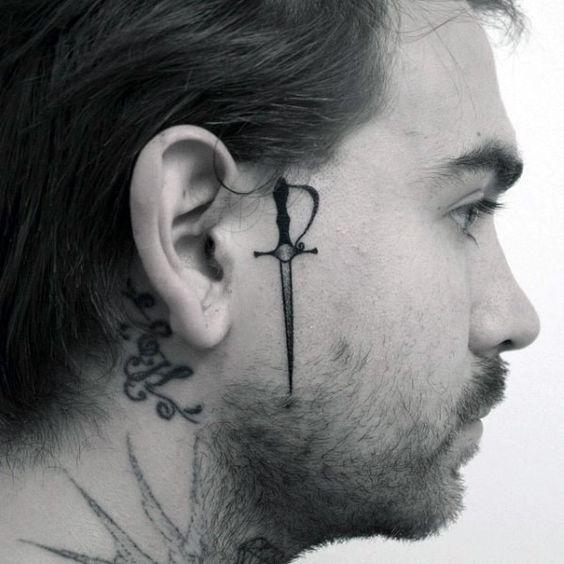 мужское тату меча на лице