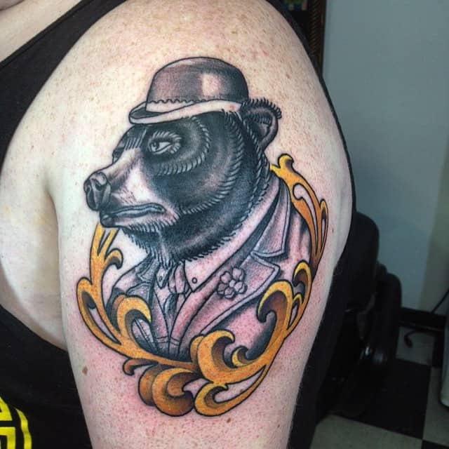 тату медведя в шляпе