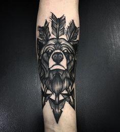 тату медведя на руке