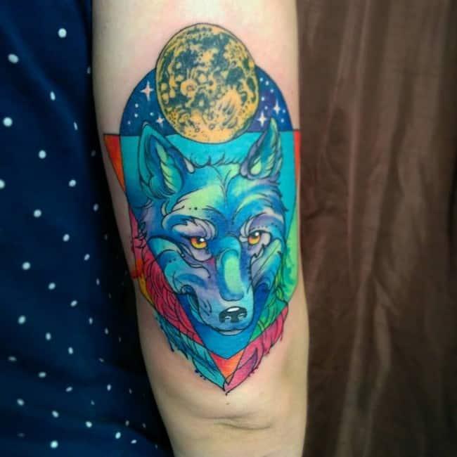 тату синього вовка на руці