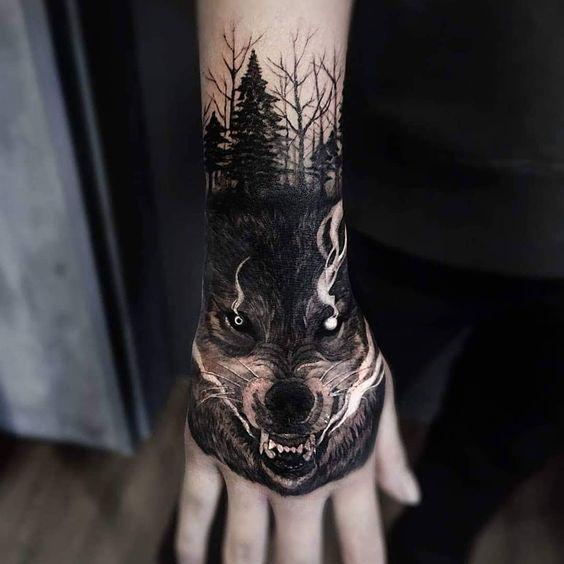 тату вовка в готичному стилі на кисті руки