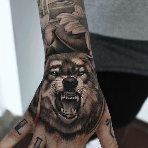 татуювання вовка на руці