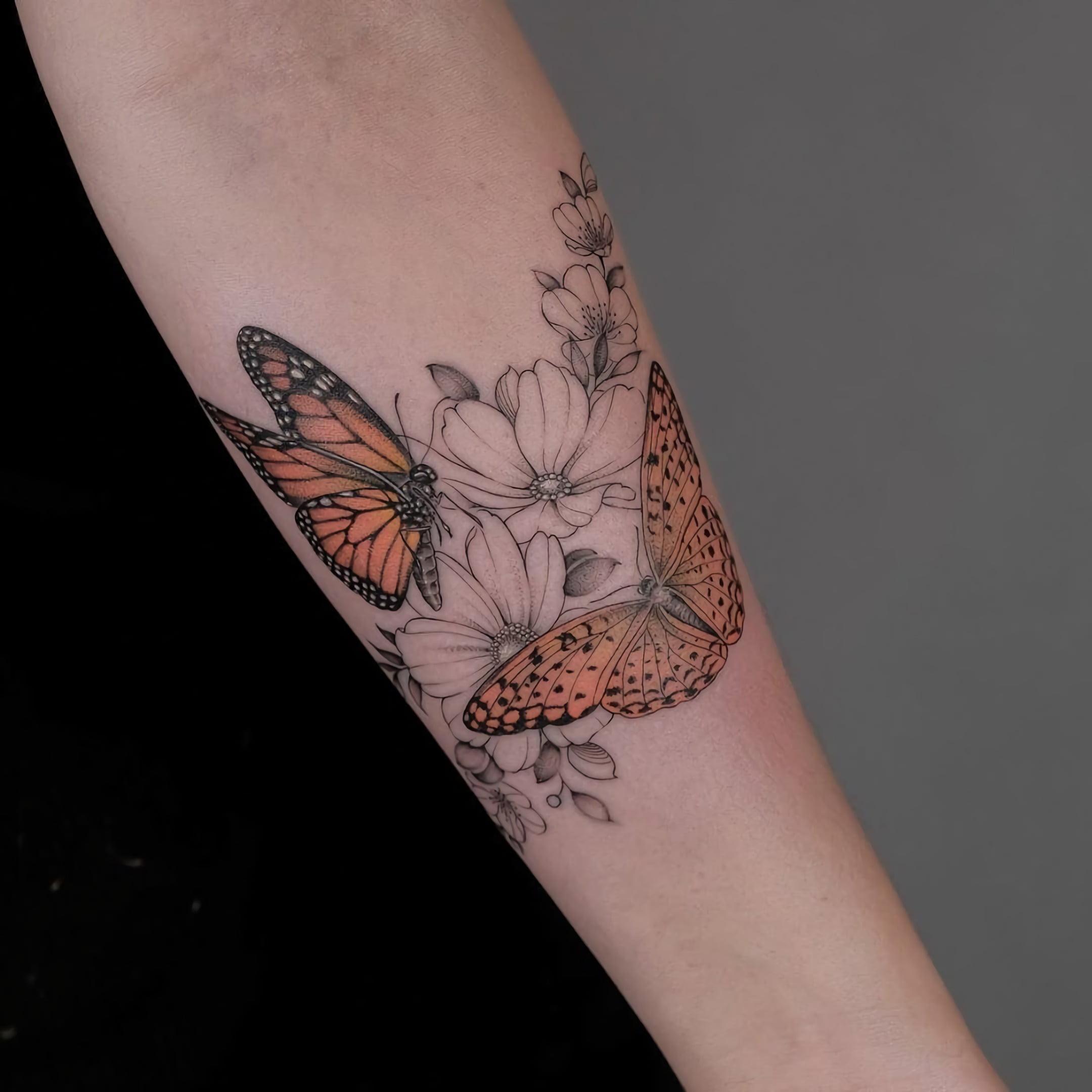 красивая татуировка цветка и бабочки