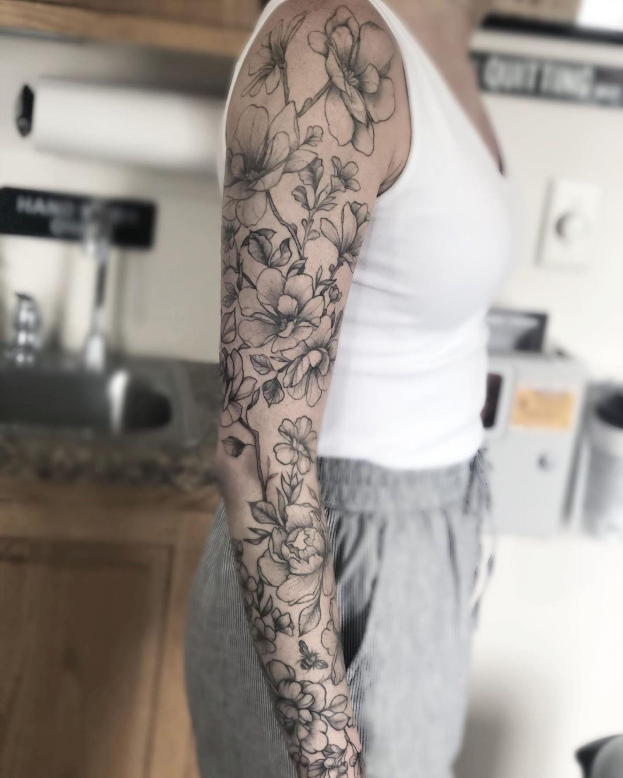 стильная татуировка цветочного рукава для девушек