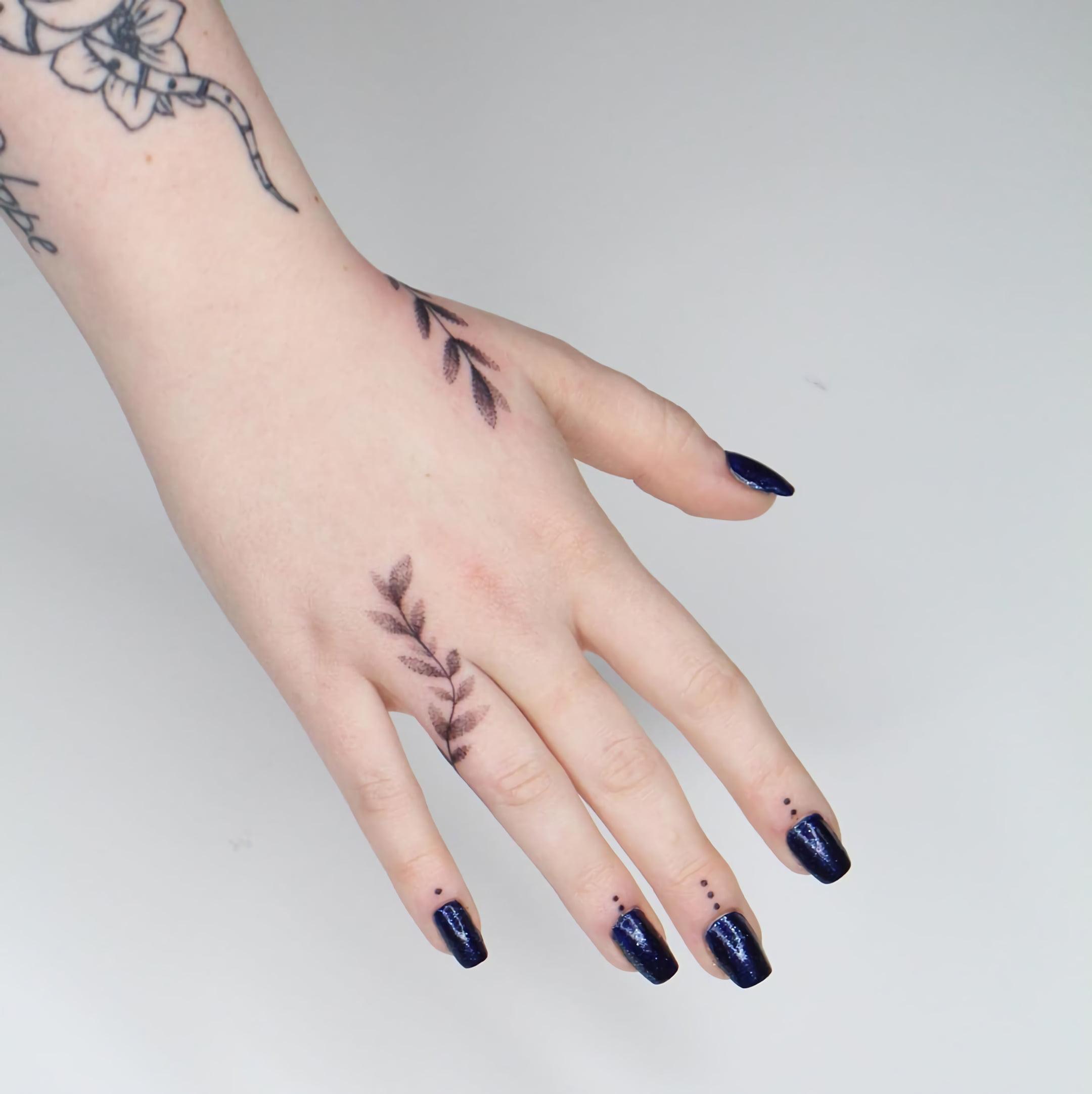 тату маленьких точек на пальцах