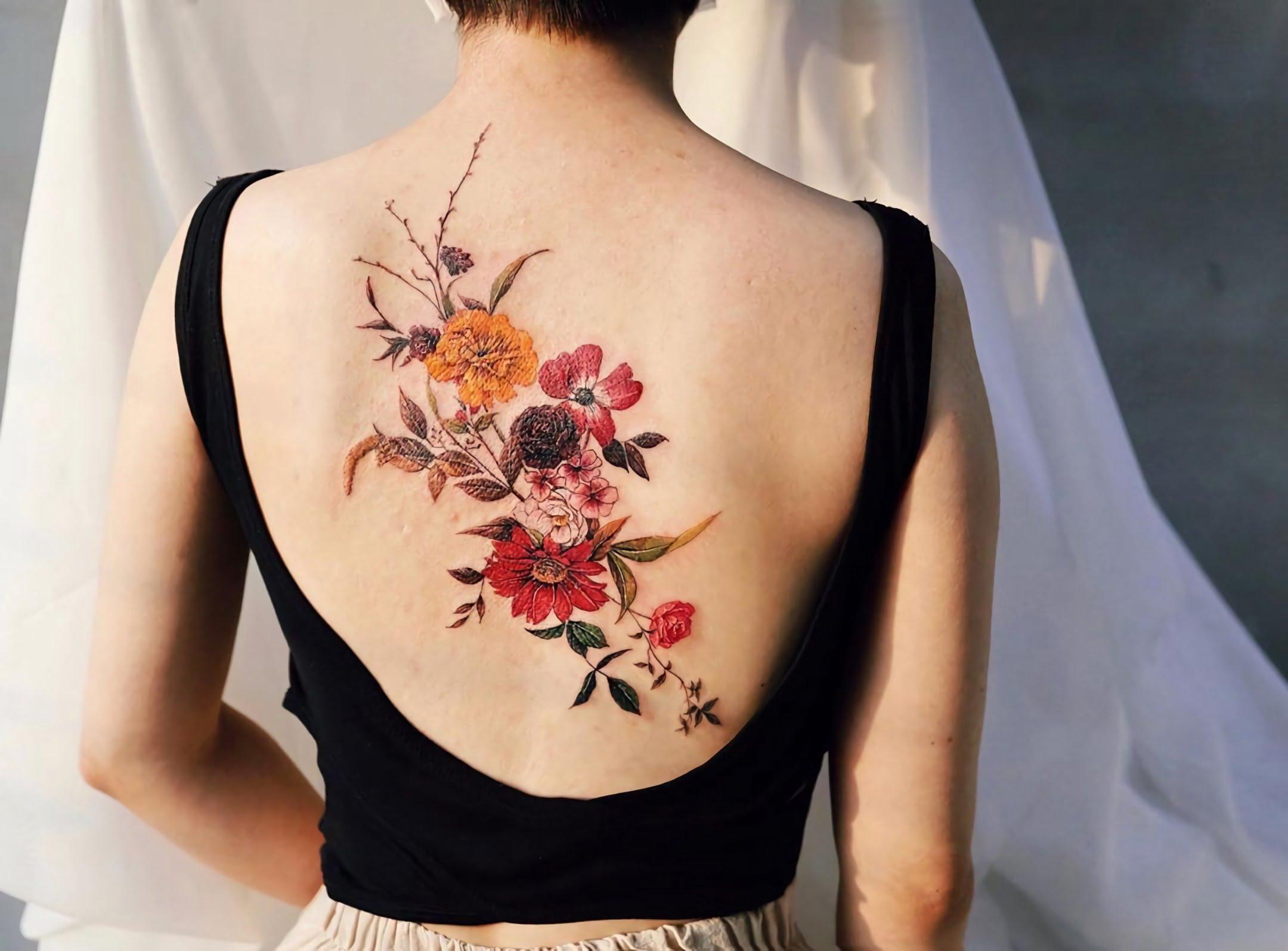 красивая татуировка цветочного букета на спине для девушек