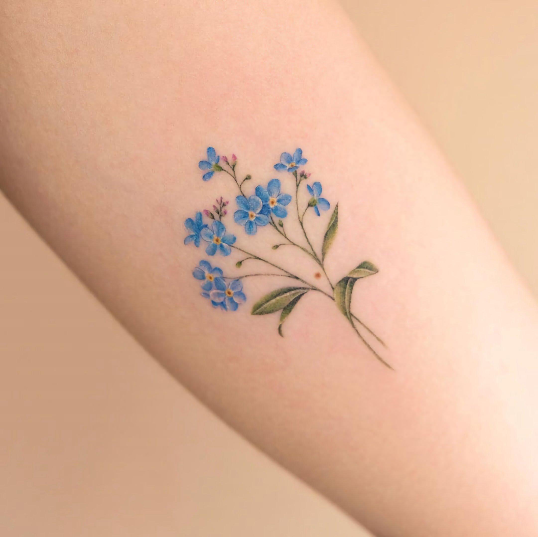 татуировка цветка незабутки