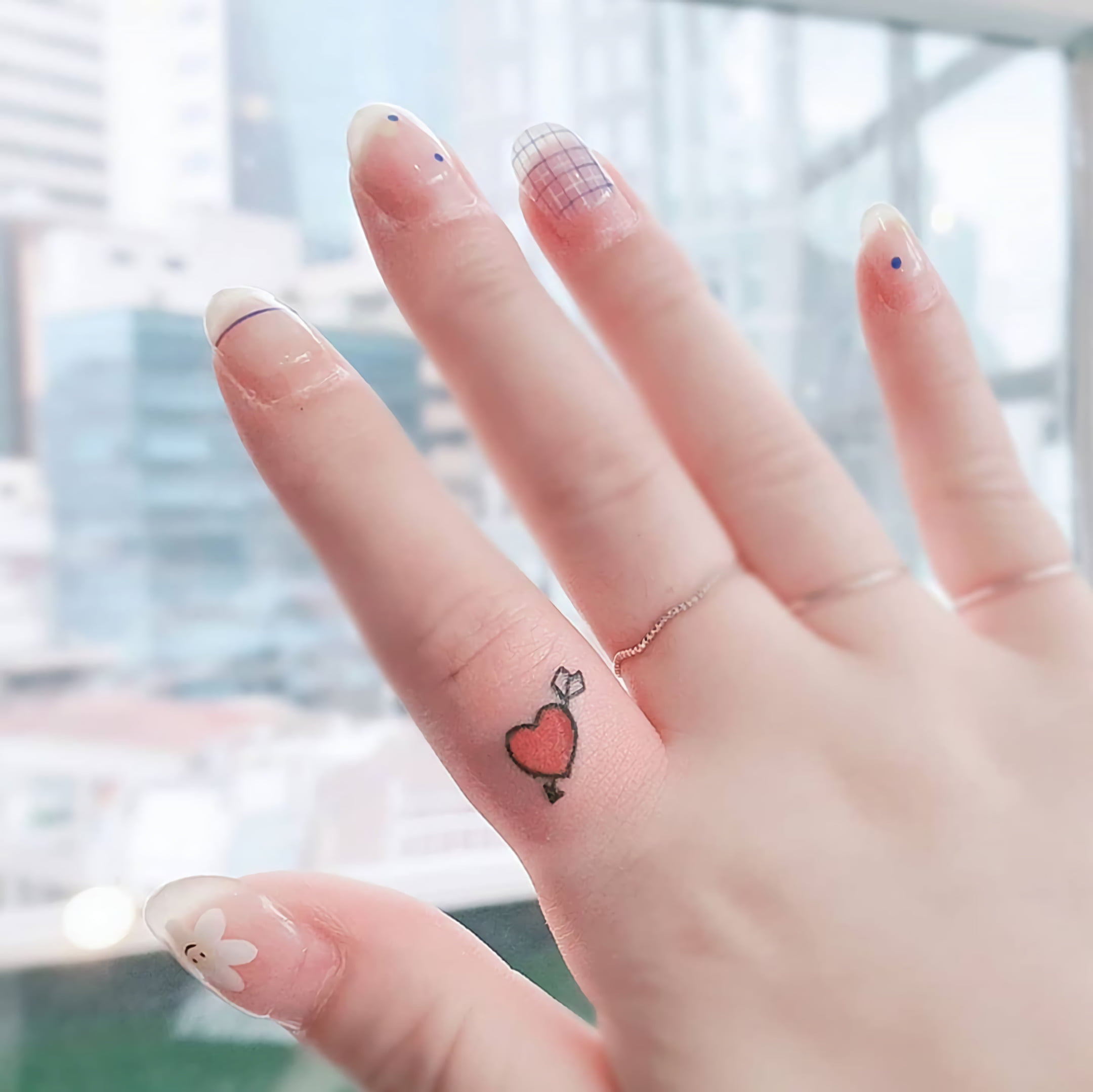 стильное тату сердца на пальце