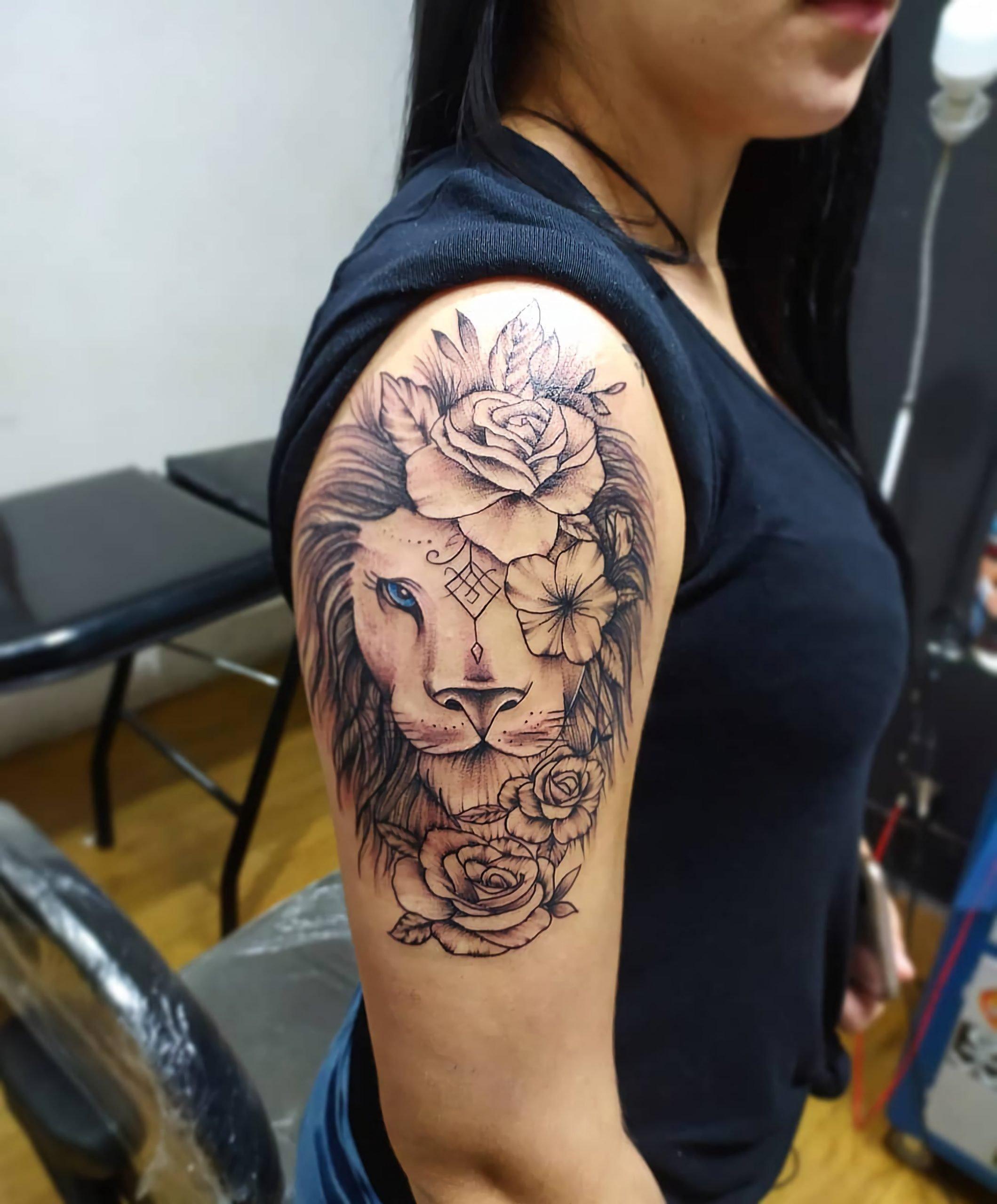 татуировка льва и цветка для девушек