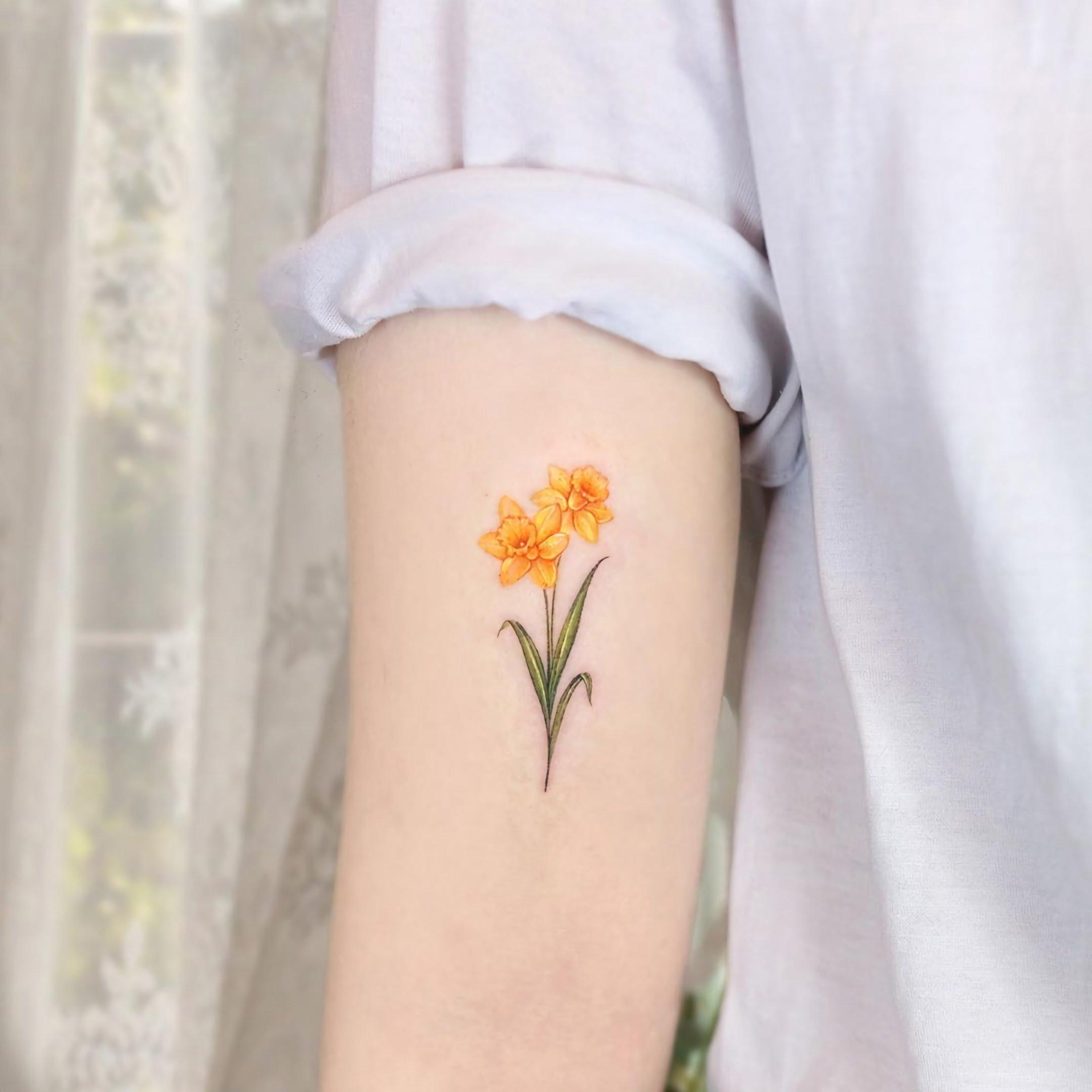 модная татуировка нарцисса на руке для девушек