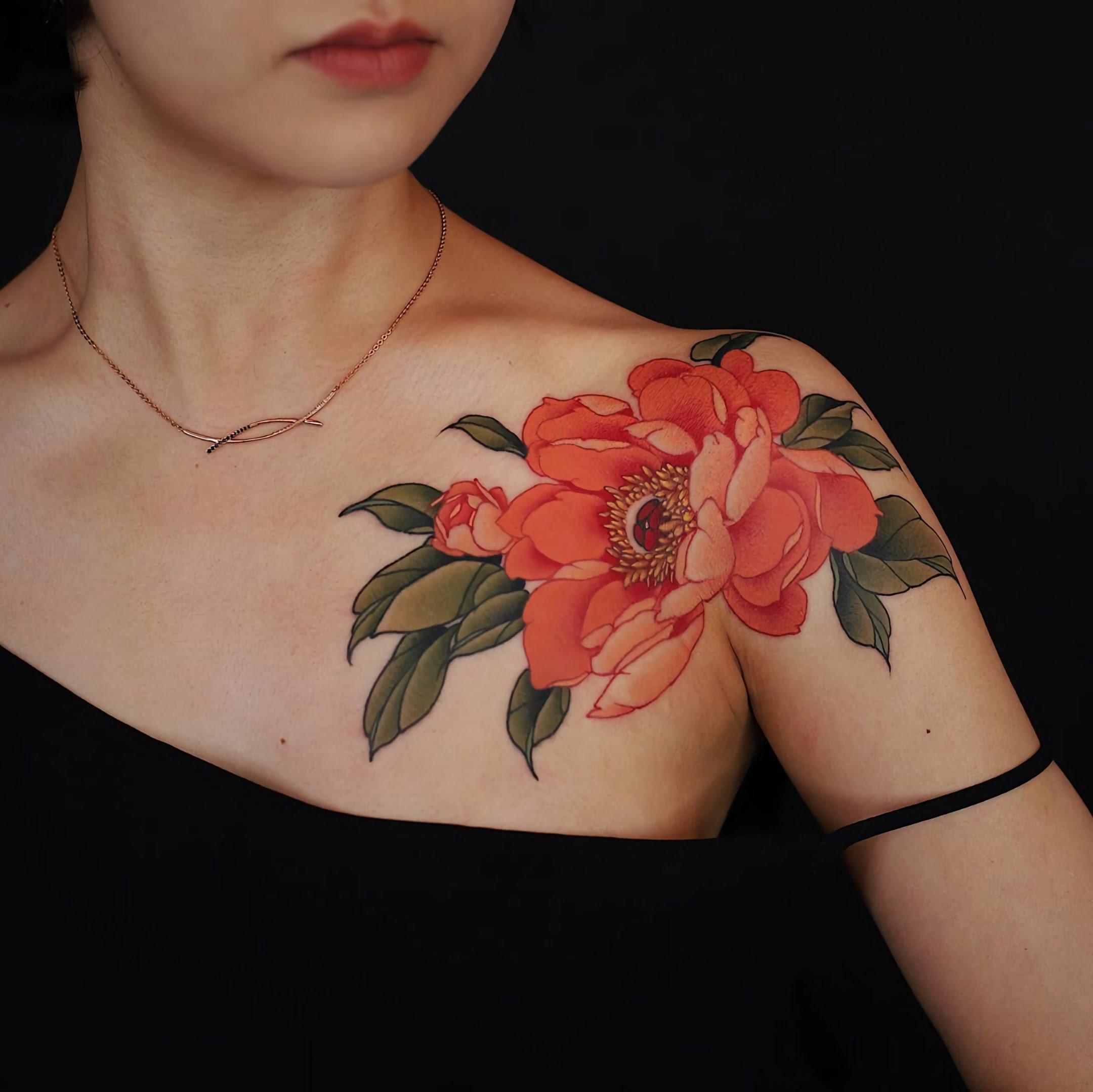 стильная татуировка пиона на руке