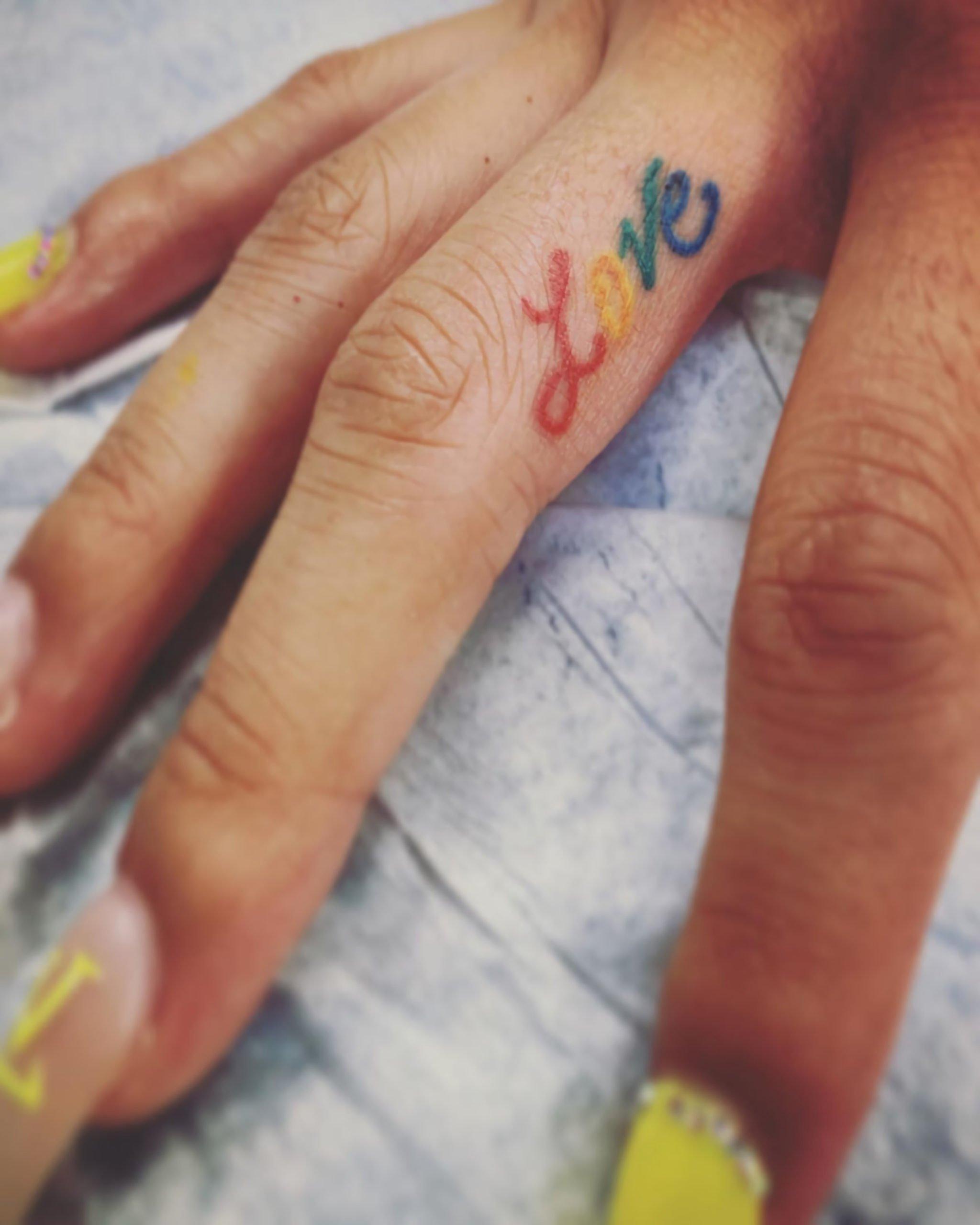 красивое тату на боковой части пальца