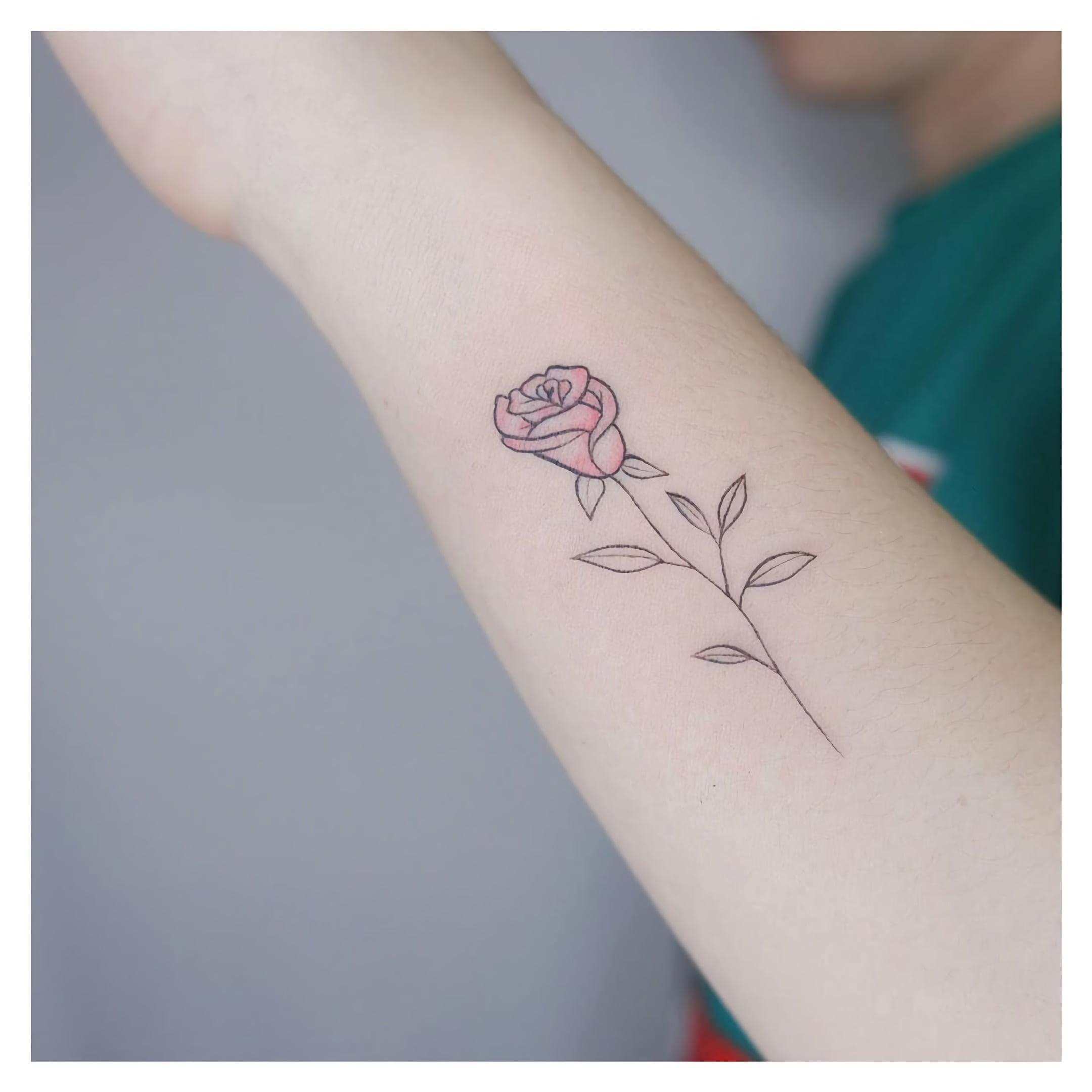простая татуировка цветка на руке