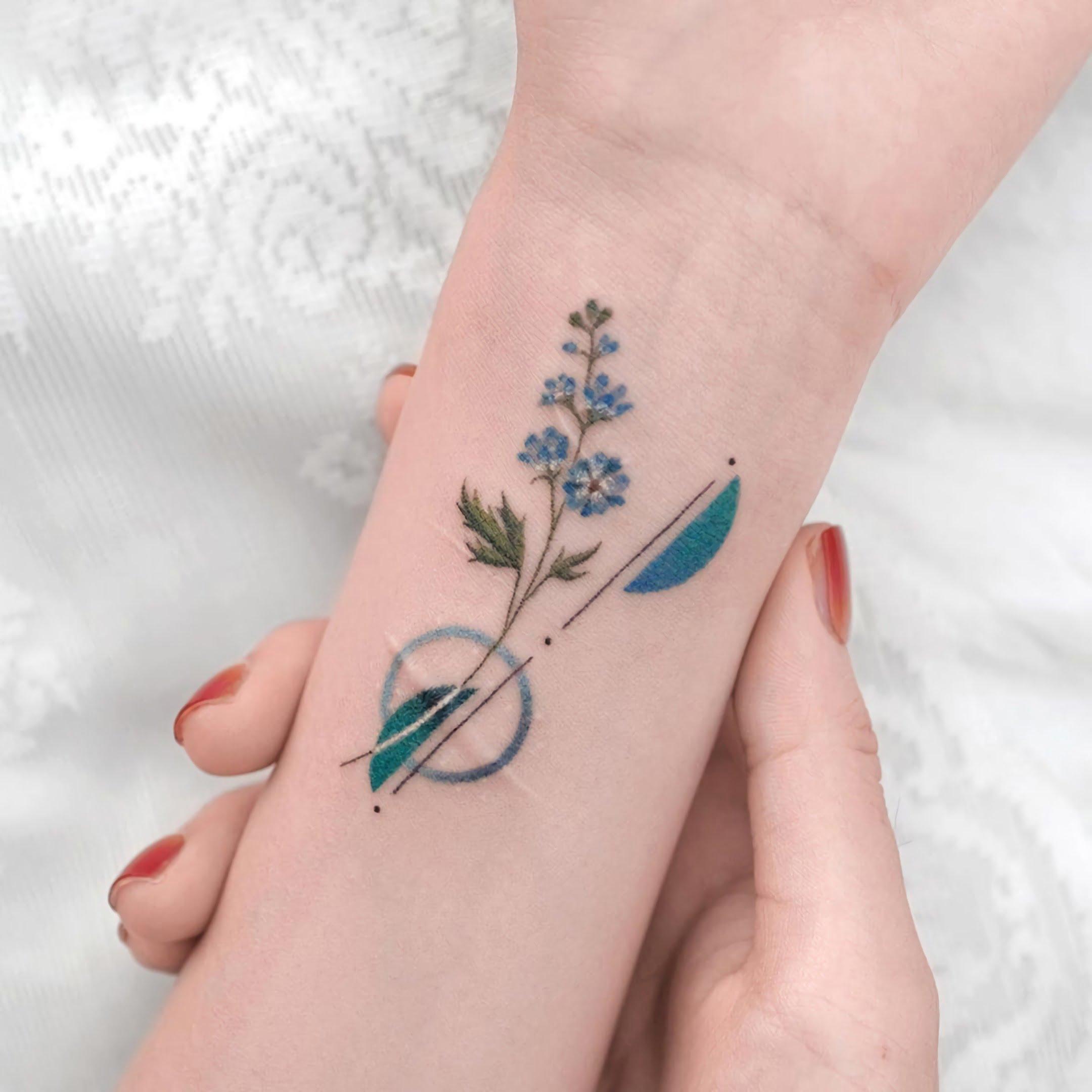 стильная татуировка цветка на запястье