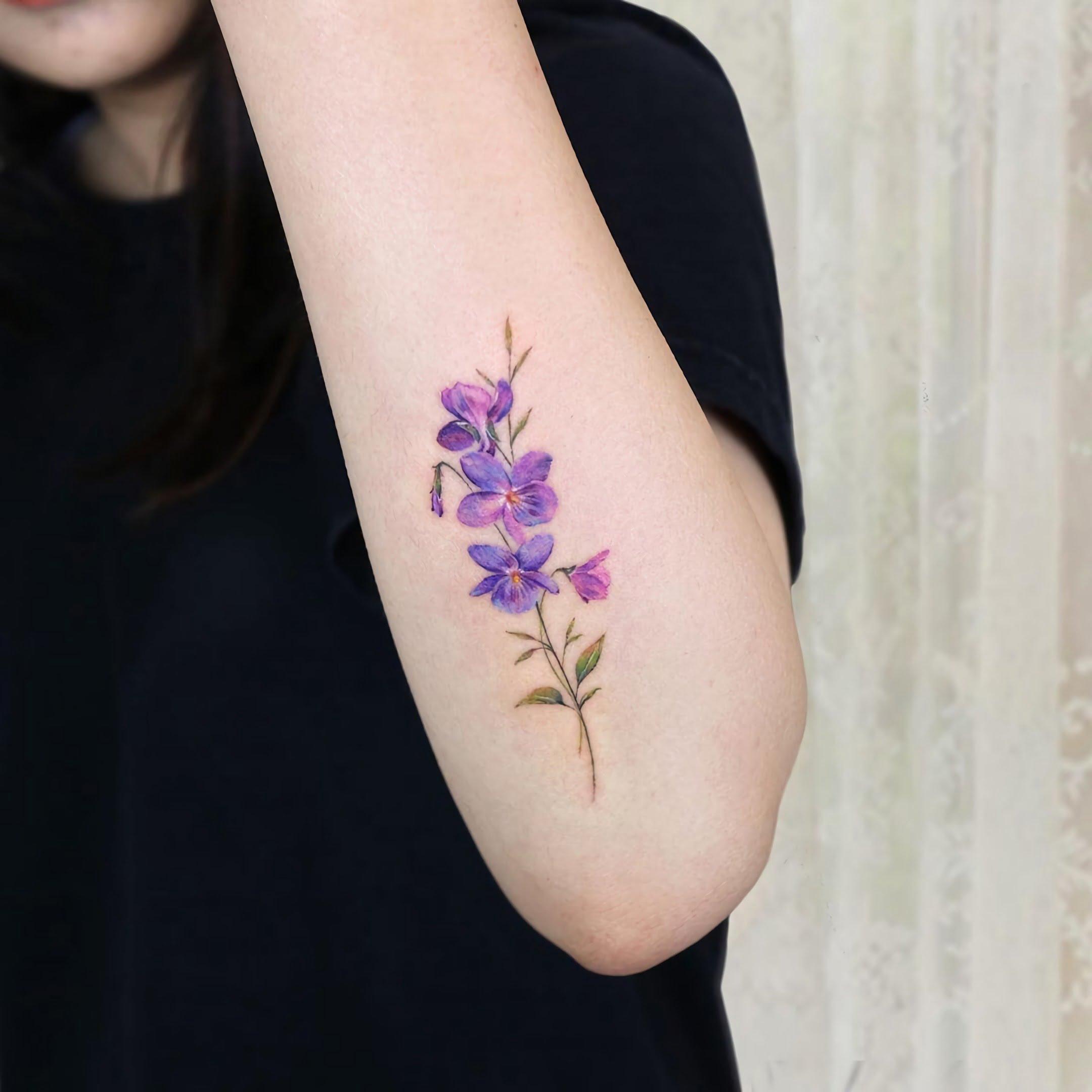 татуировка фиалки для девушек