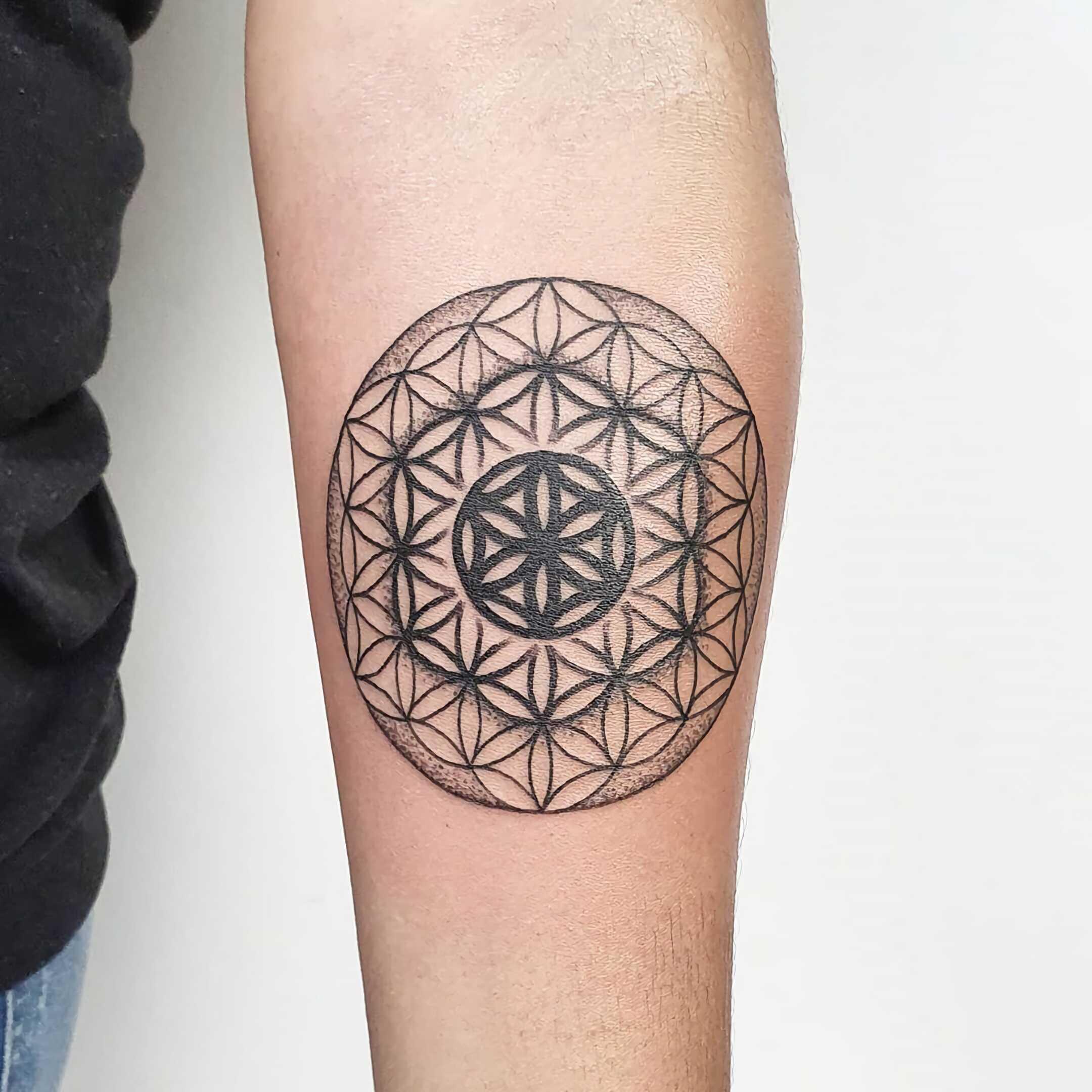 татуировка цветка жизни