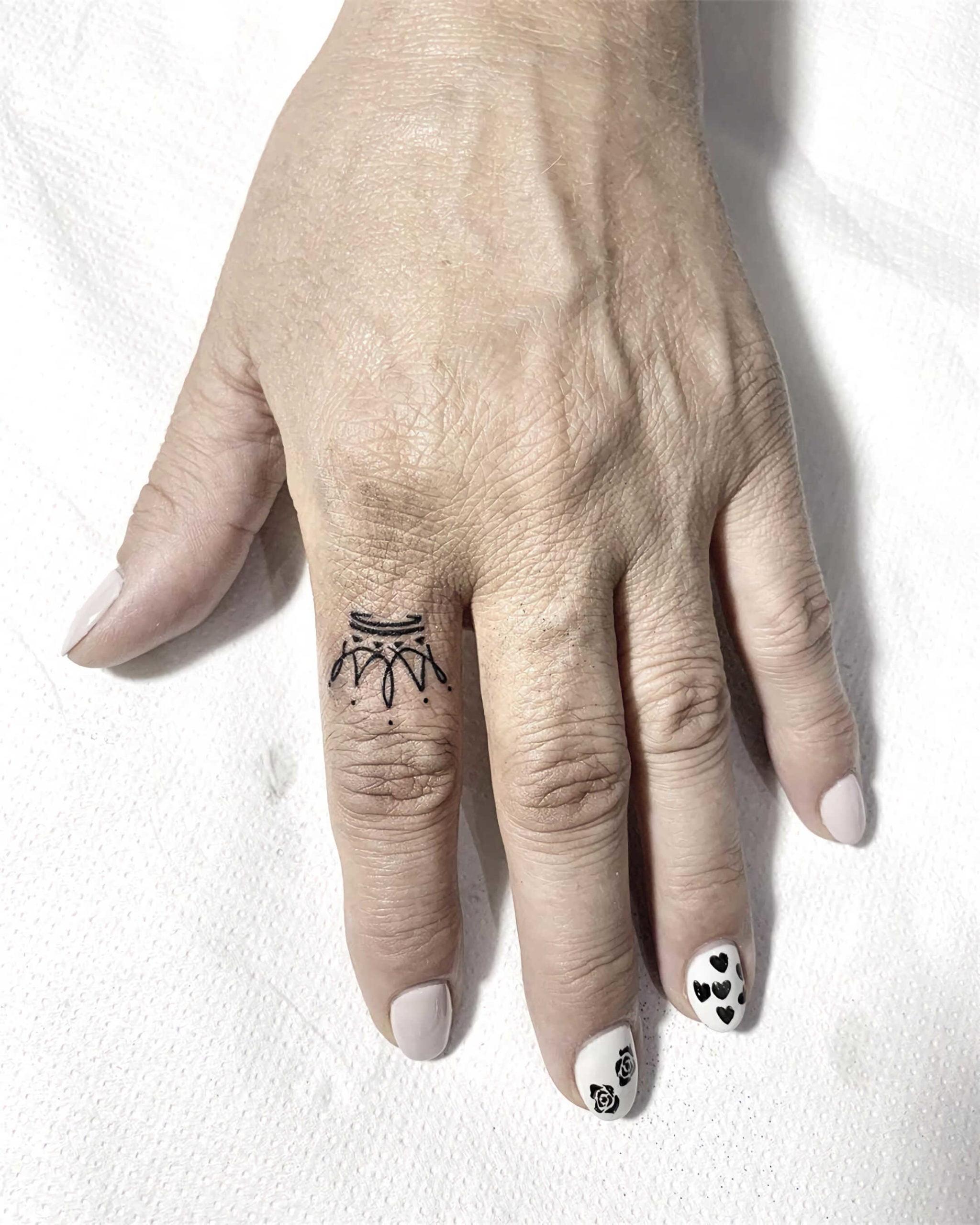 татуировка короны на пальце