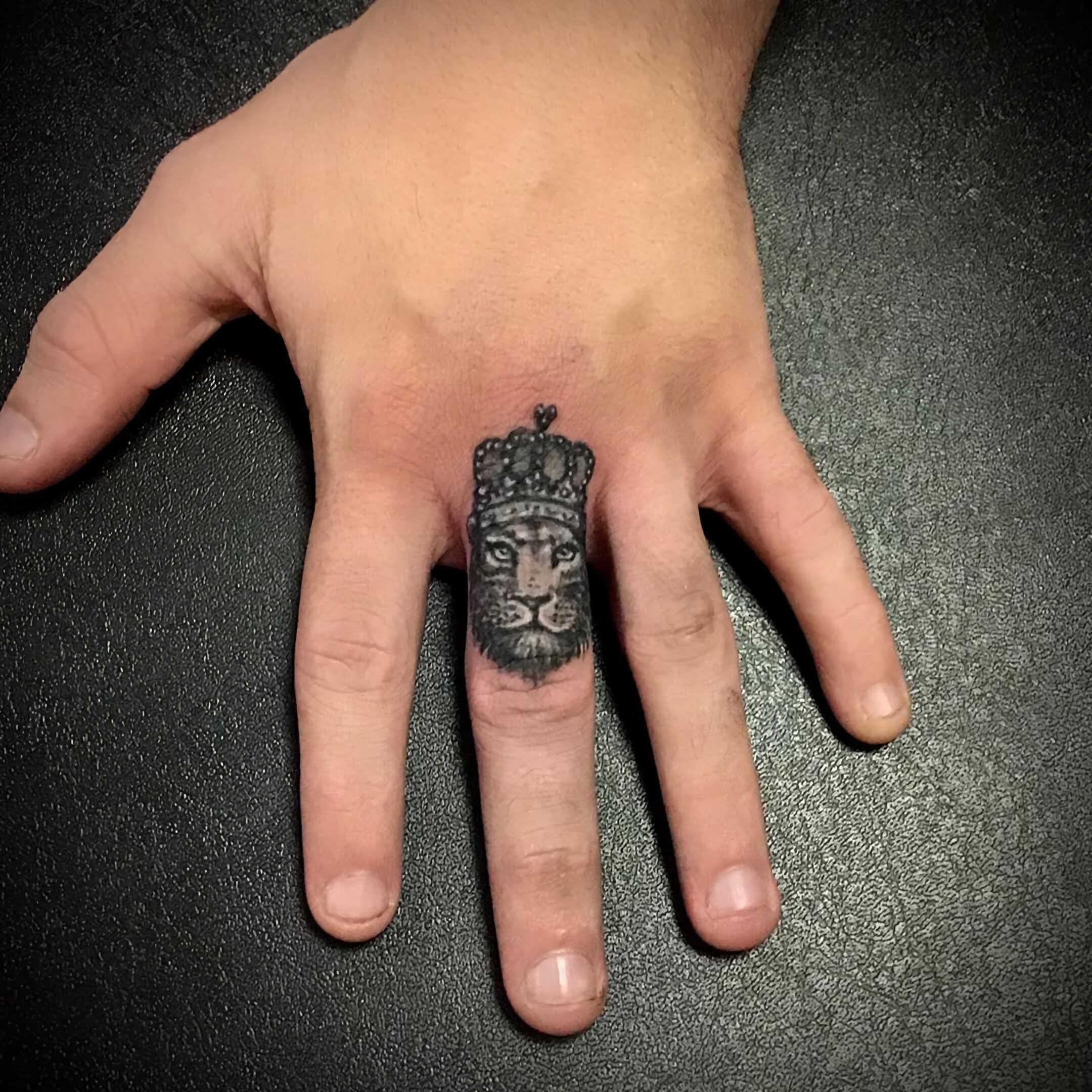 символическое тату льва на пальце