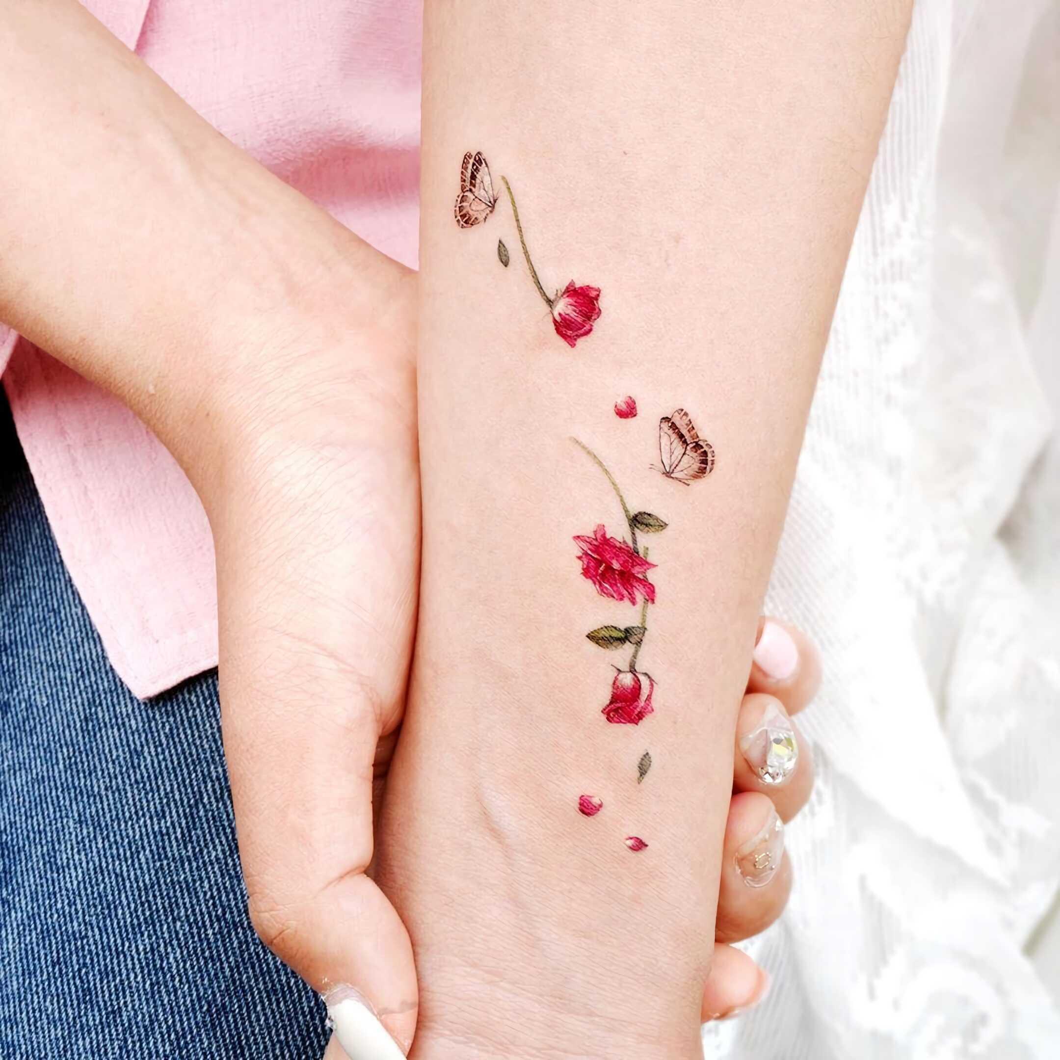 красивая татуировка розы в минималистическом стиле