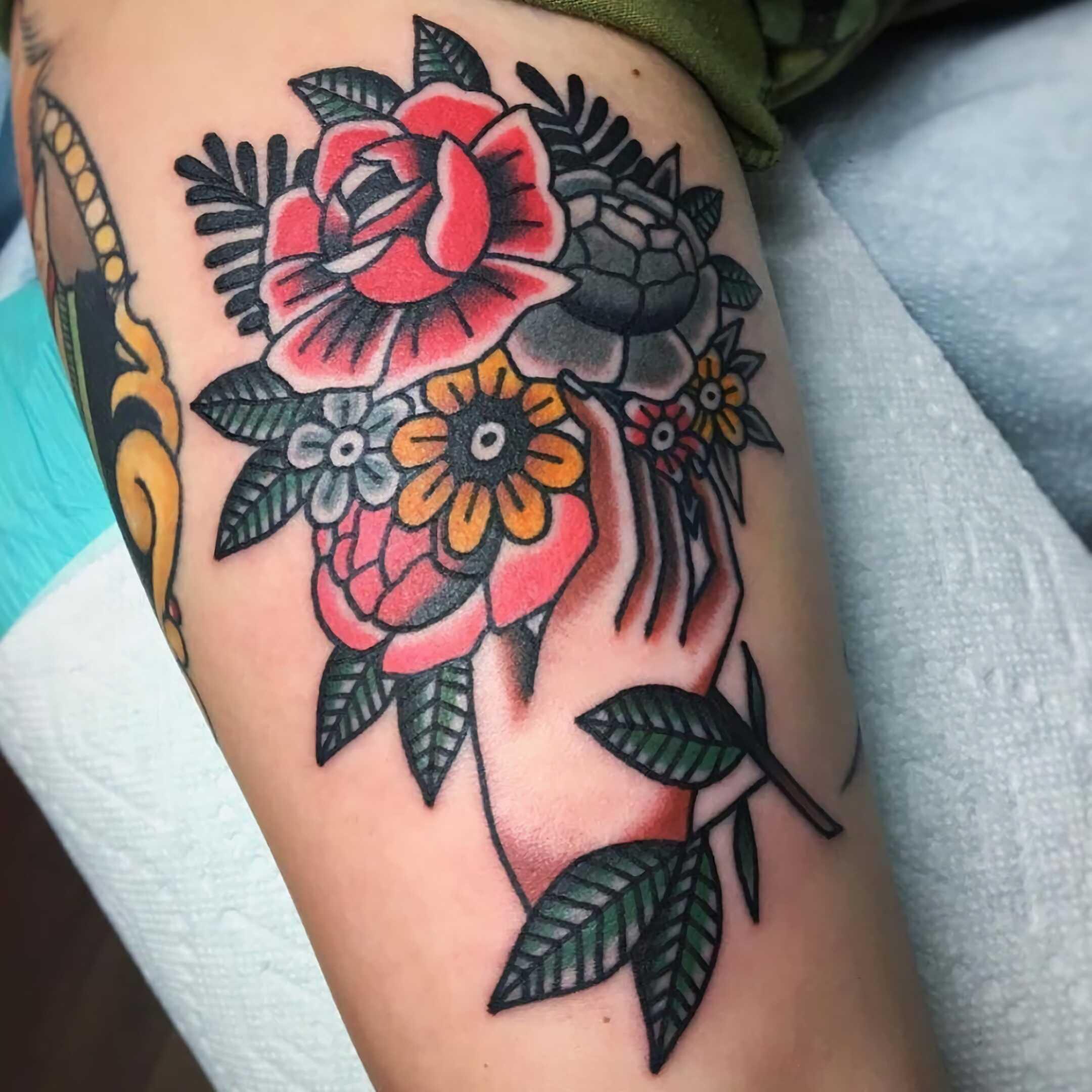 татуировка цветков в традиционном стиле