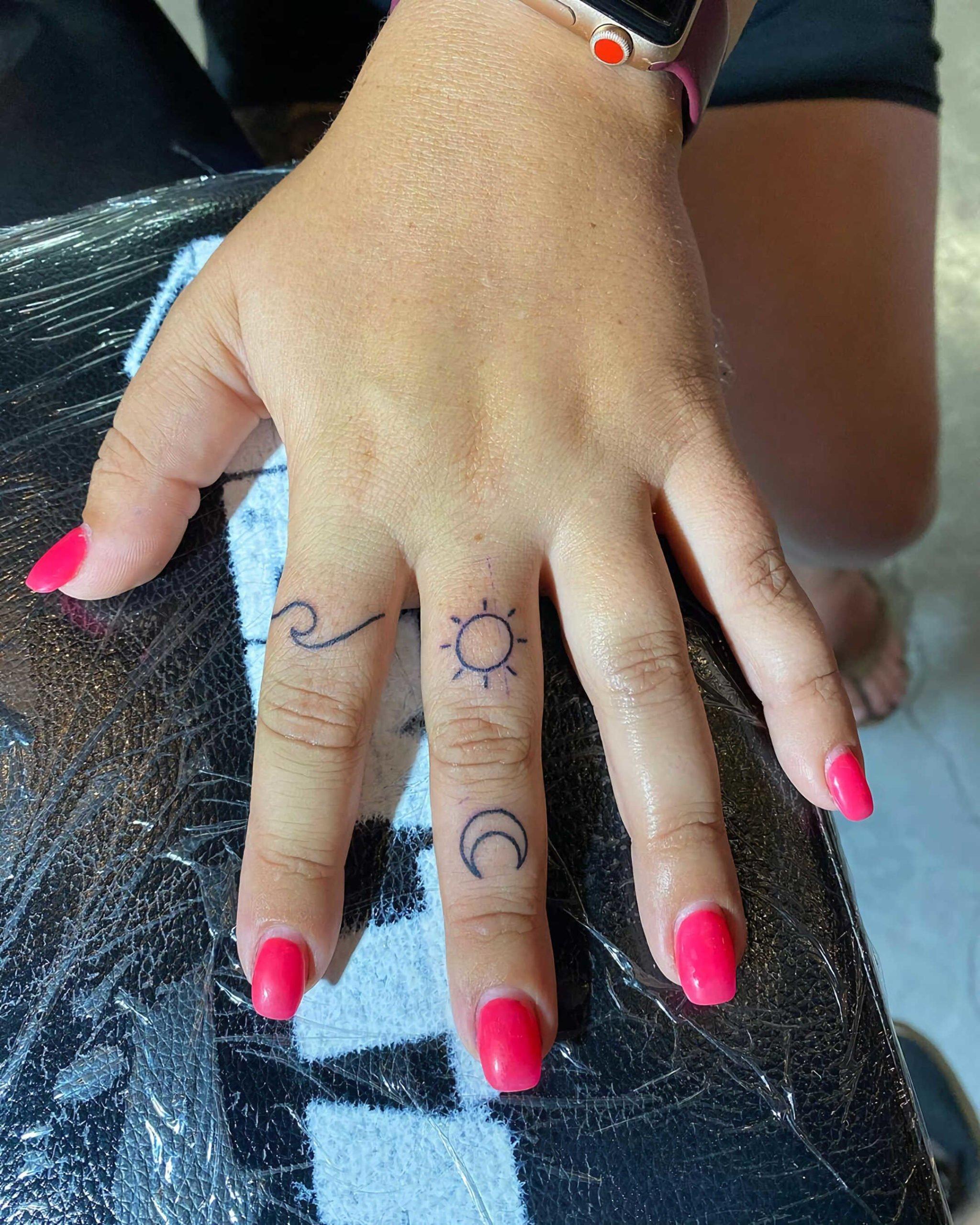 стильное тату волны на пальцах
