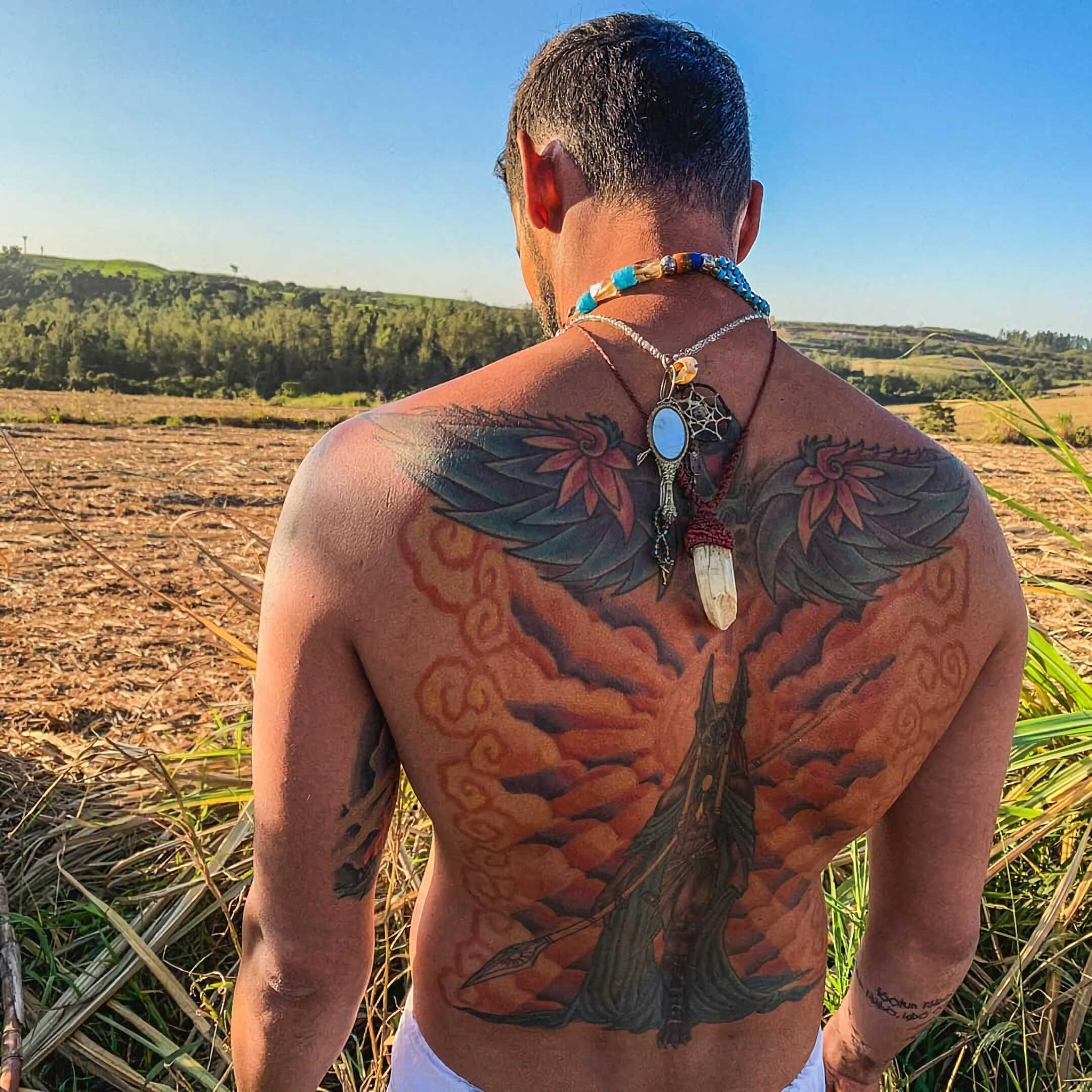 татуирвока Анубиса на спине с крыльями