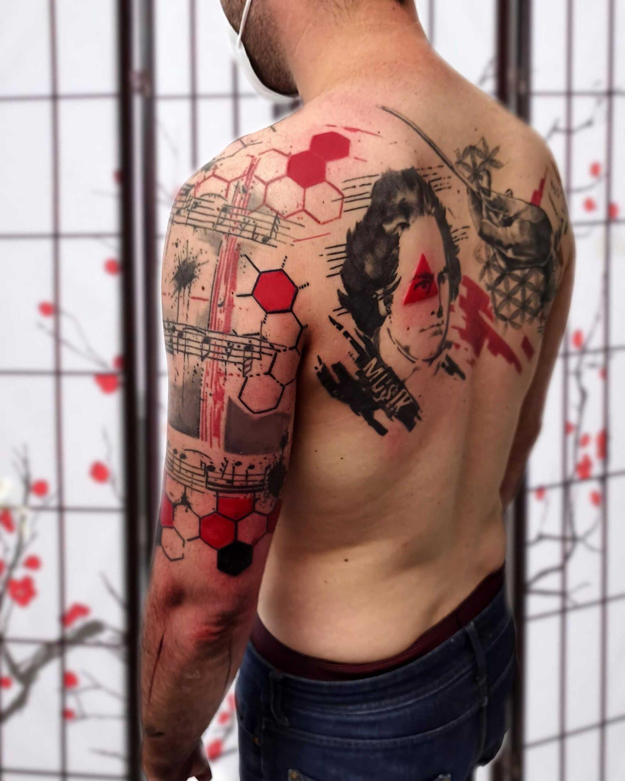 стильное тату на спине в стиле трэш-полька