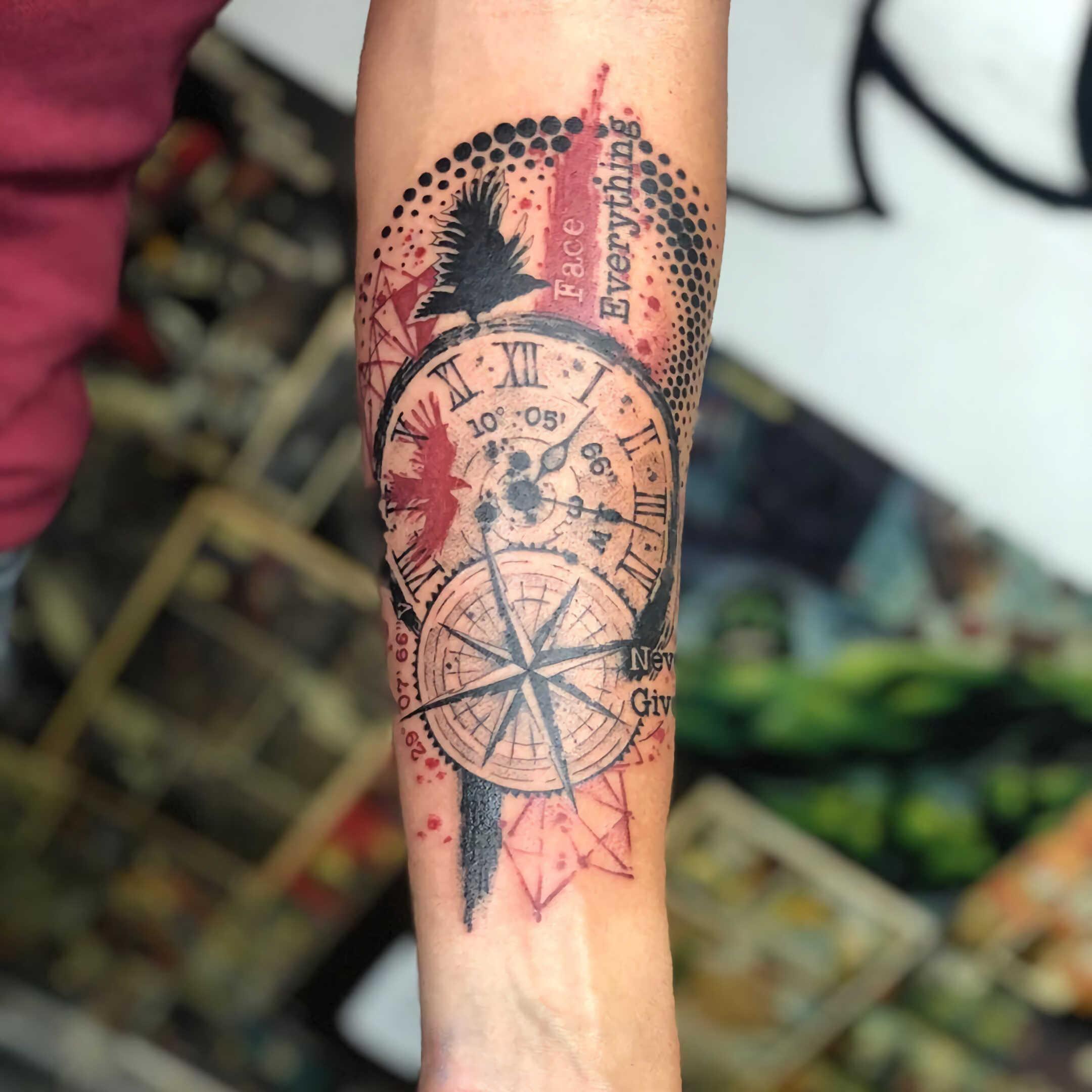 татуировка компаса на руке в стиле трэш-полька