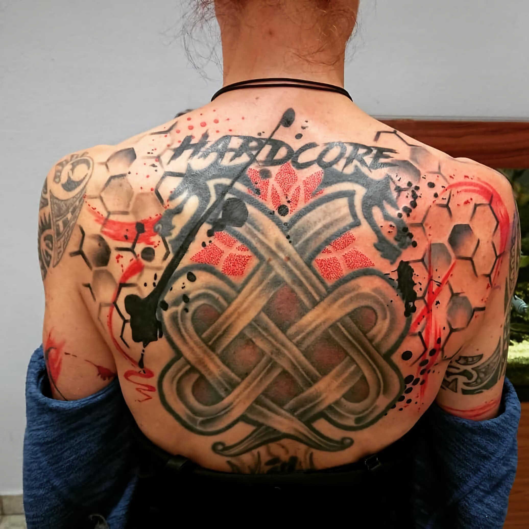 татуировка на спине в стиле трэш-полька